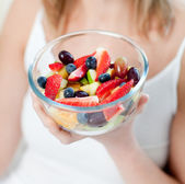 Close-up of a caucasian woman eating a fruit salad — Stock fotografie