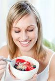 яркие женщина ест мюсли с фруктами — Стоковое фото