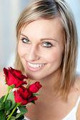 Porträt einer lächelnden frau mit rosen — Stockfoto