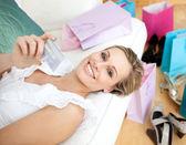 Wesoły kobieta posiadania karty kredytowej, otoczone zakupy ba — Zdjęcie stockowe