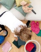 金发碧眼的女人做家务 — 图库照片