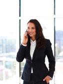 Sonriente mujer de negocios hablando por teléfono — Foto de Stock