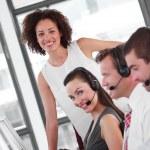 Улыбаясь бизнес-партнеров, работающих с их менеджером — Стоковое фото