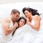 leuke familie samen slapen — Stockfoto