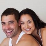 charmant paar ontspannen in elkaars bedrijf — Stockfoto