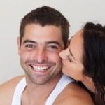 Радиант женщина целуя ее веселый муж — Стоковое фото
