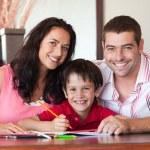 krásný pár pomoci svého syna za domácí úkol — Stock fotografie