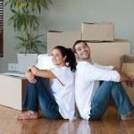 underbara par med att packa lådor flyttar till ett nytt hus — Stockfoto