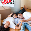 Family moving house sleeping on floor - Foto de Stock  