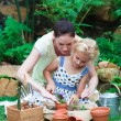 Foto Stock: Mother and daughter gardening