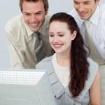 zakenlieden helpen een zakenvrouw met een computer — Stockfoto