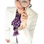 mladá asijská podnikatelka dívat se skrz zvětšovací sklo — Stock fotografie