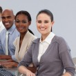glada internationella affärspartners som sitter i en rad — Stockfoto