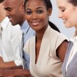 Afro-American affärskvinna sitter i linje med hennes kollega — Stockfoto
