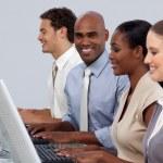 etniska affärsman sitter i rad med sitt team — Stockfoto