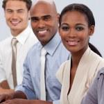 olika säker verksamhet team sitter i rad — Stockfoto