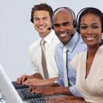 entuzjastycznie biznesowych partnerów z zestawem słuchawkowym na — Zdjęcie stockowe