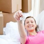 animada mujer descansando en un sofá con cajas — Foto de Stock