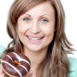 Stockfoto: Delighted womeating cake