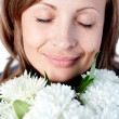 Portrait of a smiling woman holding a bunch of flowers — ストック写真