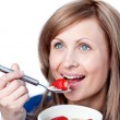 Smiling woman having a healthy breakfast — ストック写真