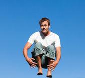 Un homme sautant en l'air — Photo