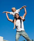 Son sitting on his father's shoulders — Stock Photo