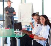 Dojrzały kierownik w prezentacji z założonymi rękami — Zdjęcie stockowe