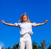 屈託のない若い女性の人生を楽しむ — ストック写真