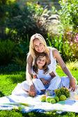 Anne ve kızı piknik — Stok fotoğraf