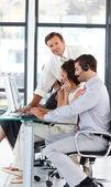старший менеджер в call center, глядя на камеру — Стоковое фото