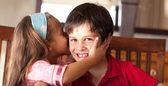 Ragazza carina baciare suo fratello — Foto Stock