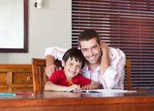 Otec pomáhal jeho syna za domácí úkol — Stock fotografie