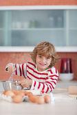 Hübscher junge bäckerei in einer küche — Stockfoto