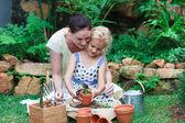 Querida mãe e filha de jardinagem — Fotografia Stock