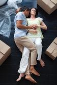 Milenci spali na podlaze — Stock fotografie