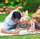 Father painting with his children — Stockfoto