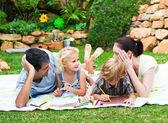 Famiglia felice di disegno in un parco — Foto Stock