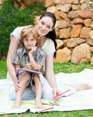 Mother and son drawing in a park — Fotografia Stock