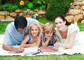 Szczęśliwy obraz rodziny w ogrodzie — Zdjęcie stockowe
