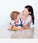 Syn a matka, kreslení, při pohledu na sebe — Stock fotografie