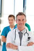 Mogna läkare leder sitt lag med kopia-utrymme — Stockfoto