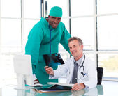 överläkare och unga kirurg studera en röntgenbild — Stockfoto