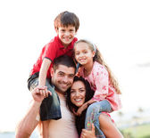 родители, давая детям контрейлерных аттракционы — Стоковое фото