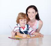 Syn a matka, kreslení, při pohledu na fotoaparát — Stock fotografie