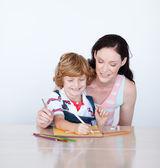 Madre e hijo escribiendo juntos — Foto de Stock