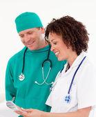 Team med läkare titta på kameran — Stockfoto