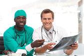 Due medici esaminando una radiografia — Foto Stock