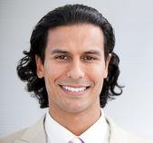 Empresário confiante, sorrindo para a câmera — Foto Stock
