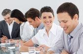 Prendre des notes lors d'une réunion internationale des affaires — Photo